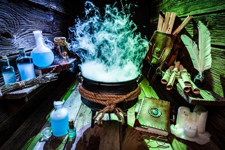 olla bruja misteriosa con humo azul y verde para Halloween