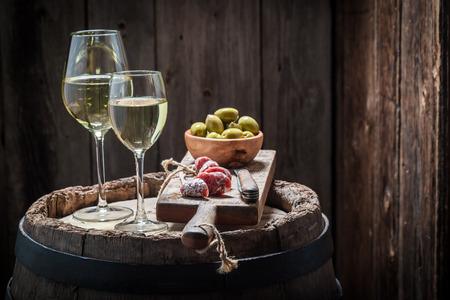 vino Chardonnay con las aceitunas y embutidos en la antigua barril