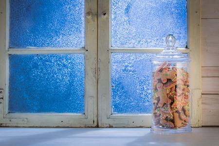 finestra blu smerigliato con i biscotti in vaso per Natale