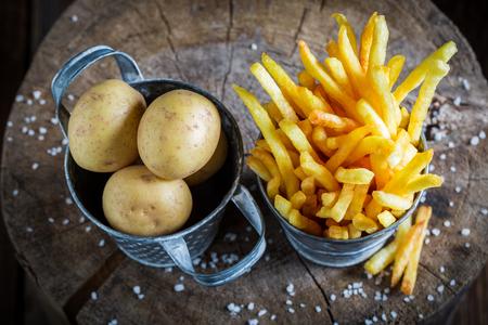 신선한 감자로 만든 소금으로 맛있는 감자 튀김 스톡 콘텐츠