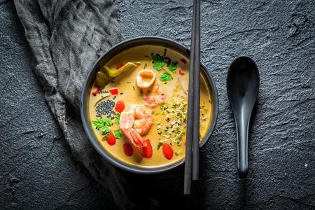 새우와 코코넛 밀크로 만든 핫 톰 얌 수프 스톡 콘텐츠