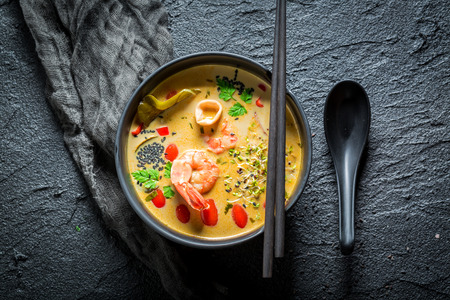 Hot Tom Yum soep met garnalen en kokosmelk Stockfoto