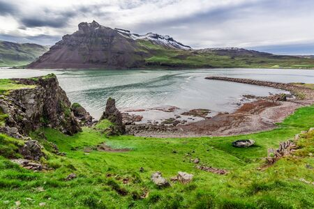 Altes Schiffswrack auf dem Strand in Island am Sommer Standard-Bild - 69361105