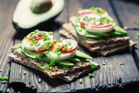 cebollines: Tasty sandwich with avocado, eggs and radish