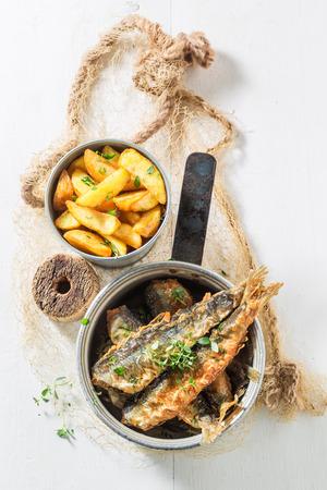 Heerlijke geroosterde haringvissen met zout en kruiden