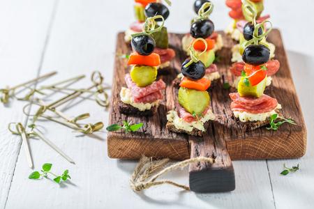 Gezonde verschillende koude snacks met groenten en kruiden voor feest