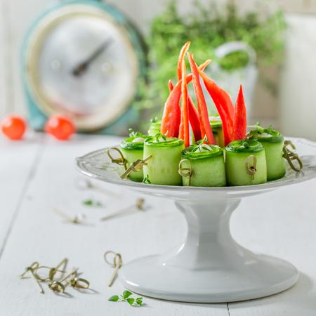 Zelfgemaakte verschillende hapjes met groenten en kruiden voor snack