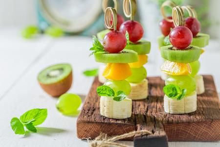 Zelfgemaakte hapjes met verschillende soorten fruit en munt voor tussendoortjes