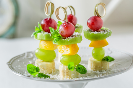 Zelfgemaakte spiesjes met verschillende soorten fruit en munt voor een feestje