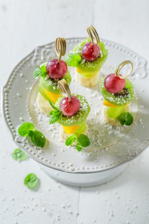Lekkere hapjes met verschillende soorten fruit en munt voor feest Stockfoto