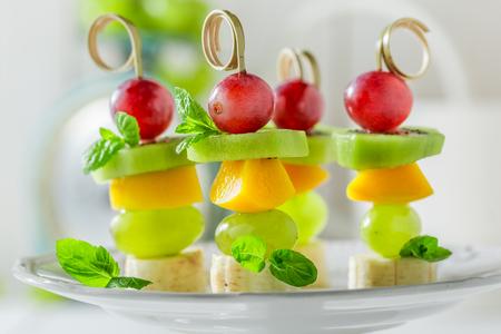 Heerlijke spiesjes met verschillende soorten fruit en mint voor een feestje