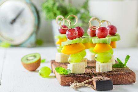 Zoet vingervoer met verschillende vruchten en munt voor feest Stockfoto