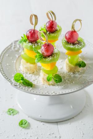 Zelfgemaakte hapjes met verschillende soorten fruit en munt voor een feestje Stockfoto