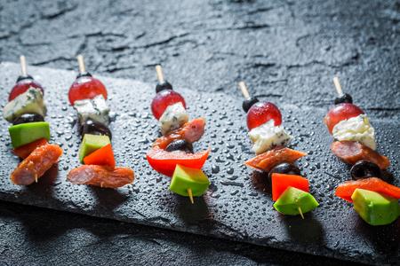 Heerlijke verschillende koude snacks met groenten en kruiden voor snack