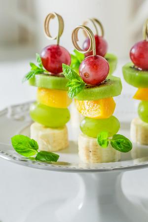 Lekkere spiesjes met verschillende vruchten en munt voor de snack