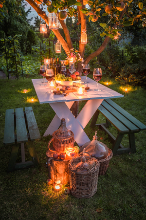 carnes: Beautiful table in garden ready to supper at dusk