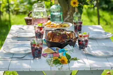 Lekker diner met kip en aardappelen geserveerd in zonnige dag