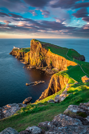 Neist ポイント灯台、スコットランド、英国の美しい夕日