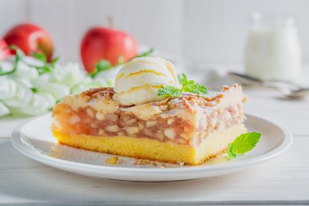 Close-up van appeltaart en ijs gemaakt van appels Stockfoto - 76665532