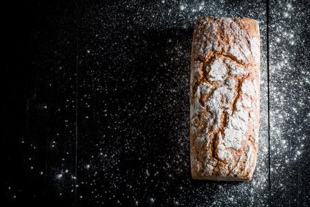 朝食のためのいくつかの穀物と新鮮な自家製パン 写真素材