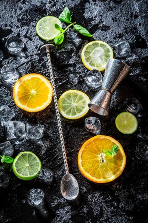 冷たい飲み物を作るためにバーテンダー成分