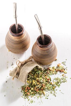 yerba mate: Yerba mate saludable hecha de hojas secas frescas