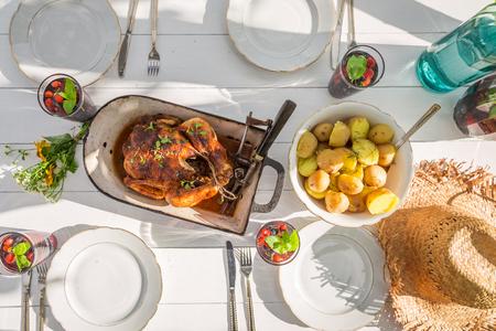 Zelfgemaakt diner met aardappelen en kip geserveerd in de tuin