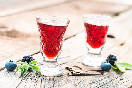 夏にアルコールとベリーのフルーツと甘いリキュール 写真素材