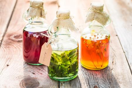 Bouteilles à base de miel, tilleul, menthe et alcool Banque d'images - 81279703