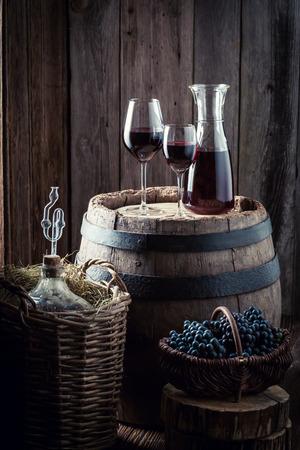 오래 된 지하실에서 신선한 포도와 수 제 레드 와인