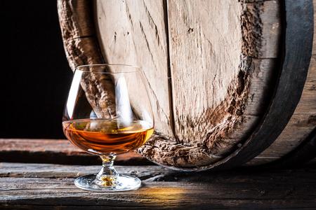 Oude en smakelijke cognac in de kelder van de distilleerderij