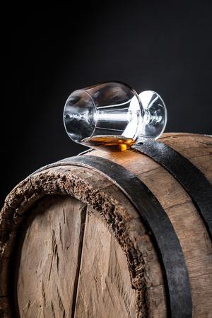オーク材の樽で古いと美味しいウイスキー 写真素材 - 81292605