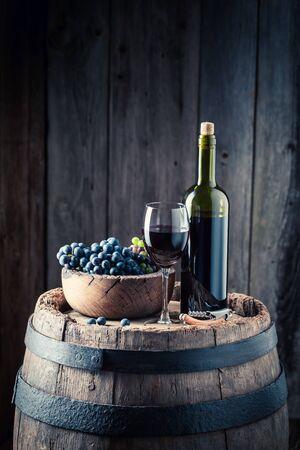 赤ワインとブドウの集中的なグラス