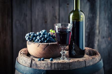 참나무 배럴에 신선한 포도와 맛있는 레드 와인 스톡 콘텐츠