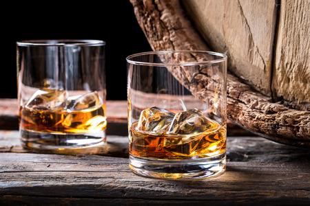 Oude en smakelijke cognac met ijs en eiken vat