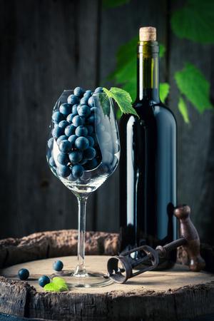 赤ワインと古い樽のブドウ 写真素材