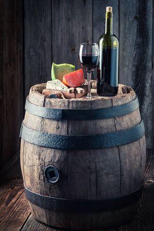 오크 배럴에 치즈의 혼합과 함께 유리에 와인 스톡 콘텐츠
