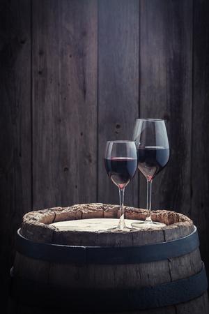 古いオーク材の樽にガラスの 2 つのワイン