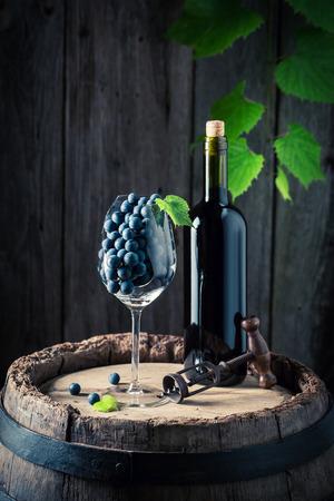 붉은 포도와 배럴에 신선한 와인