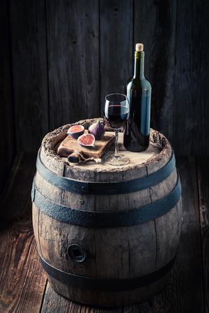 新鮮な赤ワインとイチジクのオーク材の樽で