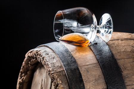 Glas goede cognac op eiken vat