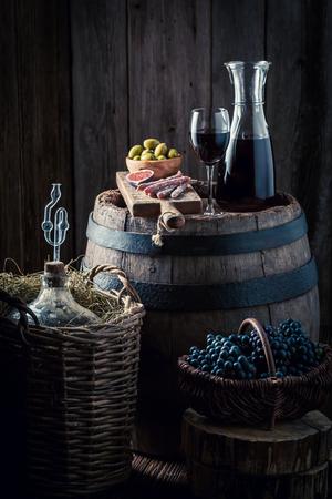 地下室でガラスと赤ブドウでワインします。