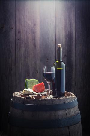 Rode wijn en een mix van kaas met kopie ruimte Stockfoto