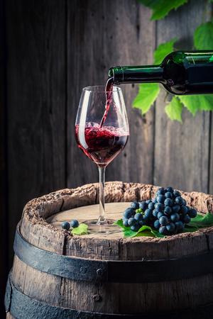 병에서 병에 담긴 유리에 레드 와인 쏟아져