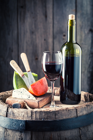 ガラスとチーズの様々 な新鮮な赤ワイン 写真素材