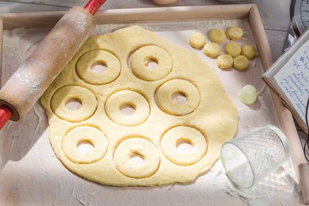 素朴なキッチンで作る自家製ドーナツ