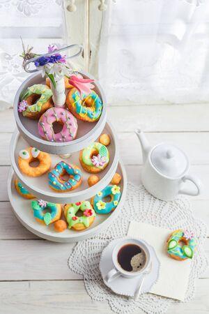 화이트 테이블에 커피와 함께 맛있는 도넛