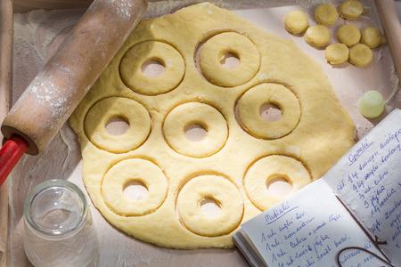 맑은 주방에서 신선한 수제 도넛 만들기 스톡 콘텐츠