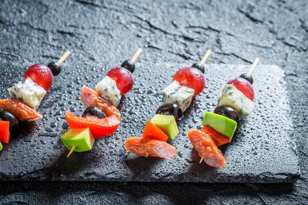 검은 테이블에 야채와 허브와 함께 맛있는 손가락 음식