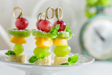Close-up van vleespennen met fruit en munt Stockfoto